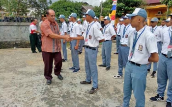 Kepala Disparpora Gumas Suprapto Sungan bersalaman dengan calon anggota Paskibra.