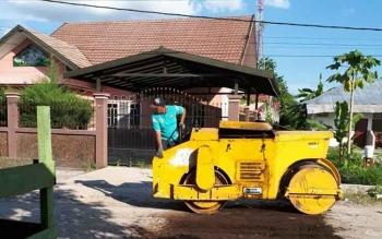 Perbaikan jalan oleh Dinas Pekerjaan Umum dan Penataan Ruang (PUPR) Kota Palangka Raya.