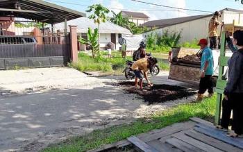 Dinas PUPR Palangka Raya terus berupaya mempertahankan kondisi jalan dalam kota dengan sistem tambal sulam jalan berlubang.