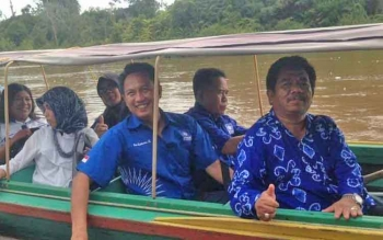 Sejumlah anggota DPRD Kota Palangka Raya harus menggunakan transportasi air atau kelotok untuk menuju Kecamatan Rakumpit, beberapa waktu lalu.