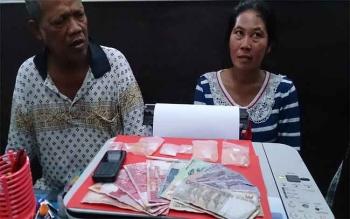 Pasangan suami istri sabu, BS dan S saat menjalani pemeriksaan di ruang penyidik Satnarkoba Polres Kobar, Kamis (3/8/2017).