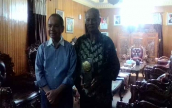 Bupati Kapuas Ben Brahim S Bahat berfoto bersama Ketua DAD Kapuas Talinting Tupak di rumah jabatan Bupati Kapuas, Jumat (4/8/2017).