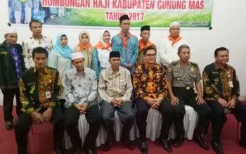 Wakil Bupati Gumas Rony Karlos (berkacamata) menyempatkan foto bersama dengan para calon haji asal Kabupaten Gumas.