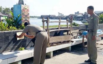Satpol PP Sukamara saat melakukan patroli terhadap pedagang yang berjualan di fasilitas umum,
