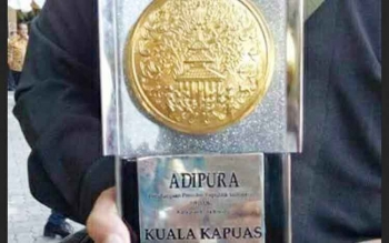 Piala Adipura yang diraih Kabupaten Kapuas dengan nominasi kota kecil.