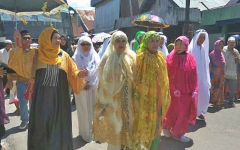 Masyarakat Sukamara saat menyambut kedangan jamaah haji dari Tanah Suci Mekah, tahun lalu.