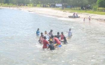 Pengunjung saat menikmati Pantai Anugrah yang berada di Desa Sei Tabuk, Kecamatan Pantai Lunci, Kabupaten Sumamara, beberapa waktu lalu.