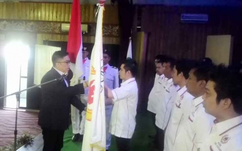 Haris M Narang Ketua KONI provinsi Kalteng menyerakan bendera Koni kepada Ketua KONI Kabupaten Kapuas yang baru Bob Dwi Cipta Mahaputra,SH.