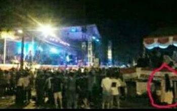 Foto yang memperlihatkan sesosok tubuh dengan tanda dilingkari yang diduga makhluk halus saat menyaksikan malam hiburan Rakyat di Kota Puruk Cahu, Selasa (1/8/2017) lalu.