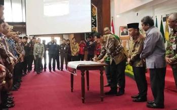 Gubernur dan Bupati/Walikota se-Kalteng melakukan penandatanganan komitmen bersama program pemberantasan korupsi terintegrasi di Aula Jayang Tingang, Kamis (3/8/2017).