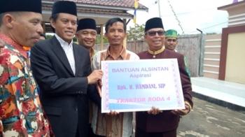 Anggota DPR RI dapil Kalteng Hamdhani didampingi Bupati Seruyan Sudarsono menyerahkan bantuan alsintan kepada perwakilan kelompok tani, Sabtu (5/8/2017).