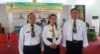 Camat Sepang Rosalia (tengah) saat mengikuti kegiatan di Kuala Kurun, Kabupaten Gunung Mas, beberapa waktu lalu.