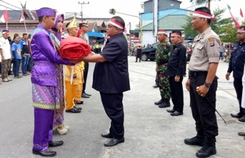 Bupati Sukamara Ahmad Dirman saat menerima bendera merah putih dari Tim Ekspedisi Kotawaringin Barat di Pelabuhan Speed Boat, Sabtu (5/8/2017).