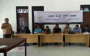 Tim gabungan pengendali bahan kimia memberikan sosialisasi tentang bahaya kimia di Kantor Desa Sambi, Kecamatan Arut Utara.