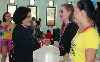 Wakil Bupati Pulang Pisau Pudjirustaty Narang saat membuka kejuaraan aerobic dan zumba di Pulang Pisau.
