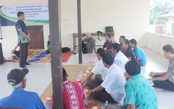 Warga Natai Baru mengikuti diskusi yang dipandu oleh Koordinator CSR SSMS Grup Kharis Nuryanto.