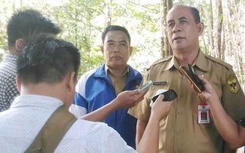 Kepala Disparpora Gunung Mas Suprapto memberikan keterangan kepada wartawan