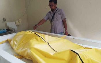 Seorang petugas kamar jenazah RSUD Dr Murjani Sampit saat memeriksa jasad laki-laki yang ditemukan tewas mengapung di Sungai Mentaya, Minggu (6/8/2017)