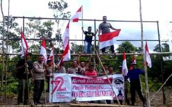 Kapolsek Teweh Tengah bersama anggota tim ekspedisi Merah Putih menancapkan Merah Putih di puncak gunbung Cagar Alam Pararawen, Desa Lemo II Kecamatan Teweh Tengah