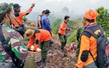 Sejumlah petugas yang merupakan tim pemadam kebakaran hutan dan lahan berusaha memadamkan api di wilayah Kecamatan Mentaya Hilir Selatan, beberapa waktu lalu.