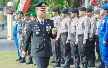 Kapolres Sukamara AKBP Rade M Sinambela saat memeriksa kesiapkan pasukan saat menggelar kegiatan di halaman Mapolres beberapa waktu lalu.