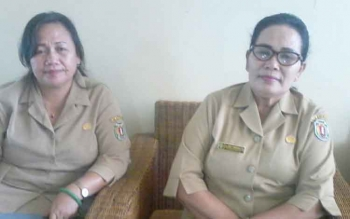 Kepala Dinas Sosial Katingan Kesmi Pandiangan (kanan) didampingi Jelita, Kasi Perlindungan Sosial Korban Bencana Alam, Senin (7/8/2017)