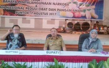 Anggota Komisi IX DPR RI, Hang Ali (kiri), Bupati Barsel, Eddy Raya Samsuri dan Kepala BPOM Kalteng Trikoranti Mustikawati