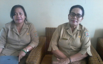 Kepala Dinas Sosial Katingan Kesmi Pandiangan (kanan) didampingi Jelita, Kasi Perlindungan Sosial Korban Bencna Alam. Jelita, Senin (7/8/2017).