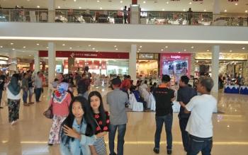 Sejumlah pengunjung yang sedang memadati area City Mall Sampit, pada akhir pekan.