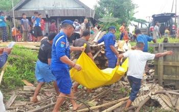 Sejumlah aparat kepolisian saat melakukan evakuasi korban yang ditemukan tewas di Sungai Mentaya, Minggu (6/8/2017) kemaren.