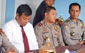 Kabag Ops Polres Barito Utara Kompol Yudha Patie bersama beberapa perwira kepolisian lainya.