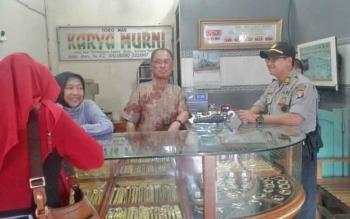 Kapolsek Pahandut AKP Rony Wijaya berbincang dengan pedagang emas di Pasar Besar Palangka Raya, Senin (7/8/2017).