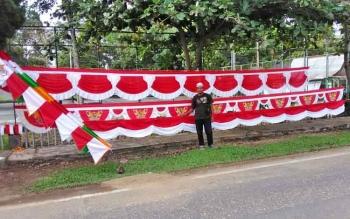 Jajang Supriatna, penjual bendera di Kota Buntok, Kabupaten Barito Selatan.