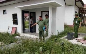 Sekda Lamandau, Arifin LP. Umbing didampingi sejumlah pihak saat melakukan kunjungan langsung ke mess desa yang akan digunakan sebagai salahsatu sarana pemondokan pada kegiatan Pesparawi Tingkat Kalteng.