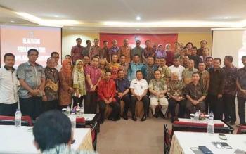 Kepala Dinas PMPTSP Kabupaten Kapuas Septedy bersama peserta lain usai mengikuti Bimtek penerapan PTSP di Bali, 2-4 Juli.