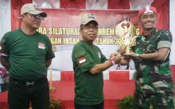 Danrem 102/Pjg Kolonel Arm M Naudi Nurdika memberikan cindera mata kepada Ketua PWI Kalteng Sutransyah dilanjutkan ke Ketua IJTI Kalteng Hamli Tulis.