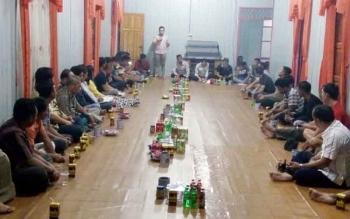 Suasana pertemuan para petani kelapa sawit yang juga dihadiri perwakilan managemen PT SAL, di kediaman Ketua BPD Desa Kujan, GMA Badrun, Senin (7/8/2017) malam