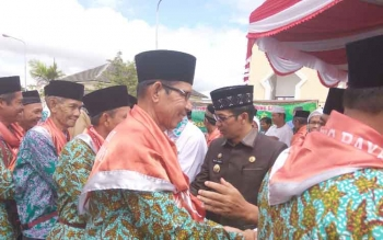 Bupati Murung Raya, Perdie M Yoseph saat melepas jemaah calon haji di halaman Masjid Agung Al-Istiqlal, Selasa (8/8/2017).