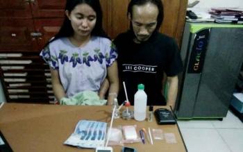 Lia dan Puad yang berstatus suami istri ini diamankan Satresnarkoba Polres Barito Utara beserta barag bukti