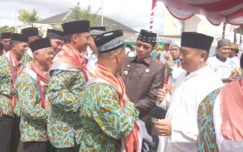 Pelepasan jemaah calon haji Kabupaten Murung Raya di Halaman Masjid Agung Al-Istiqlal, Selasa (8/8/2017).