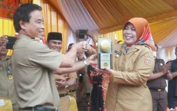 Sekda Kobar Masradin menyerahkan Adipura ke 11 kepada Bupati Kobar Nurhidayah, Selasa (8/8/2017).