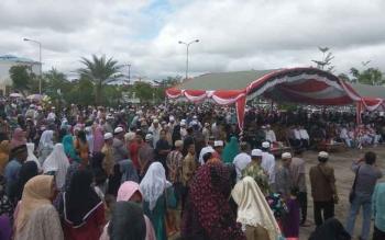 Suasana saat pemberangkatan jemaah calon haji Kabupaten Mura di Halaman Masjid Agung Al-Istiqlal, Kota Puruk Cahu, Selasa (8/8/2017).