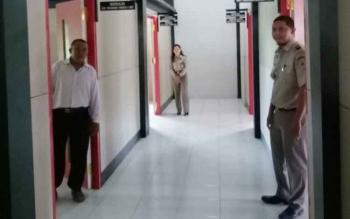 Petugas BPN saat memperlihatkan gedung baru Kantor Pertanahan Sukamara yang baru diresmikan