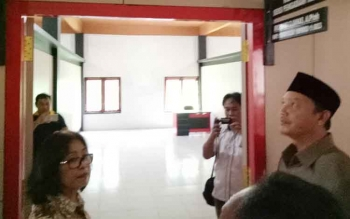 Wakil Bupati Sukamara, Windu Subagio saat melihat gedung baru Kantor Pertanahan Sukamara