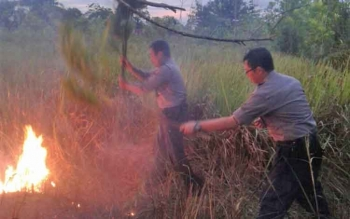 Kapolsek Pahandut AKP Rony Wijaya bersama anggotanya melakukan pemadaman kebakaran lahan di Palangka Raya beberapa waktu lalu. Sementara itu, Dansatgas Kahutla Kalteng, Kolonel Arm M Naudi Nurdika mengatakan sudah ada 106 hektar lahan yang terbakar.
