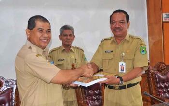 Kepala Dinas Kebudayaan dan Pariwisata Provinsi Kalimantan Tengah Guntur Talajan menyerahkan dokumen aset kepada Sekda Kapuas Rianova