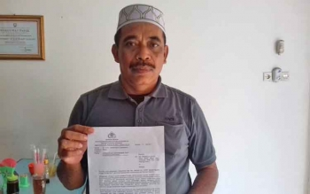 Anang Janggai menunjukkan surat balasan dari Mabes Polri atas pengaduan perlindungan hukum yang dilayangkannya beberapa waktu lalu.