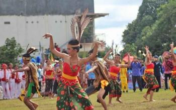 Tampak salahsatu pertunjukan seni tari khas Dayak dalam acara pembukaa Festival Seni Budaya Lamandau 2017, Selasa (8/8/2017)