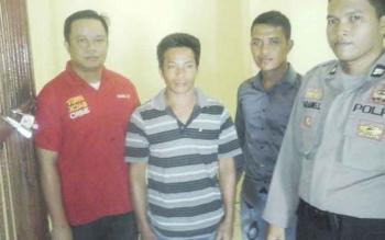 Pelaku pembacokan di Desa Teluk Jolo, G (baju belang) bersama aparat kepolisian dari Polsek Sumber Barito.