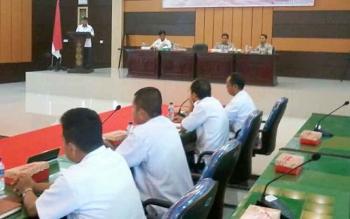 Sekda Katingan Nikodemus saat menyampaikan sambutan pada evaluasi kerusakan dan kerugian serta pengkajian kebutuhan pascabencana di Aula Bappelitbang, Rabu (9/8/2017).